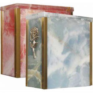 urne funéraire en marbre Onyx rose disponible avec bordures en or et rose dorée sur la façade pour personnaliser davantage l'hommage au défunt
