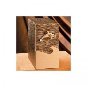 Urne funéraire en bronze avec gravure dauphin disponible chez Salon Funéraire Demers