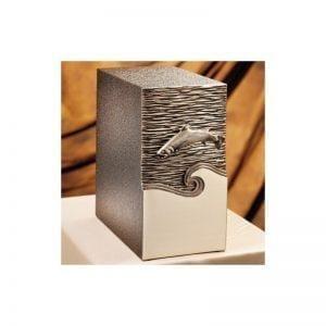 urne funéraire en bronze avec façade truite sculptée disponible dans la sélection du Salon Funéraire Demers